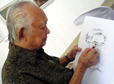 HS Huỳnh Phương Đông trong một lần ký họa chân dung đồng nghiệp. Ảnh: SGDN