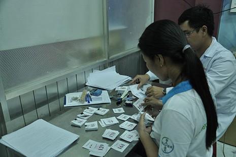 TP.HCM: Cả gia đình đi lấy số tiêm vaccine dịch vụ - ảnh 12