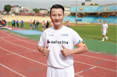 Hoàng Bách được biết đến là một ca sỹ rất yêu bóng đá.