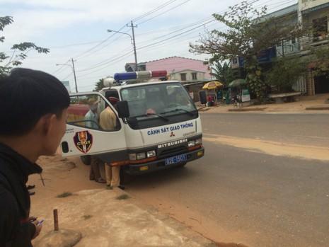 Dân bức xúc chặn đoàn xe chở đất gây bụi ngập trời - ảnh 3