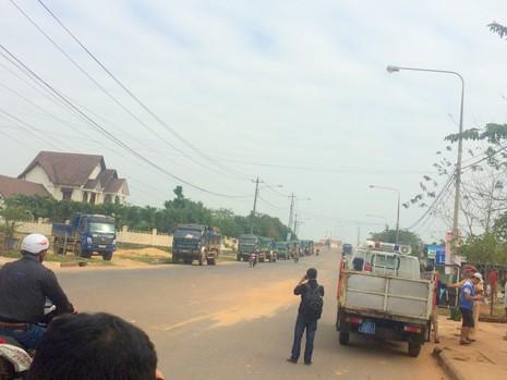 Dân bức xúc chặn đoàn xe chở đất gây bụi ngập trời - ảnh 4
