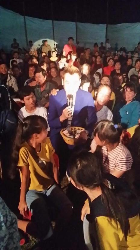 Rất đông khán giả đã cùng anh làm vệc thiện tại Bà Rịa, Vũng Tàu