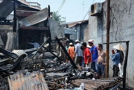 Cháy rụi 2 tiệm tạp hóa, thiệt hại tiền tỉ - ảnh 2