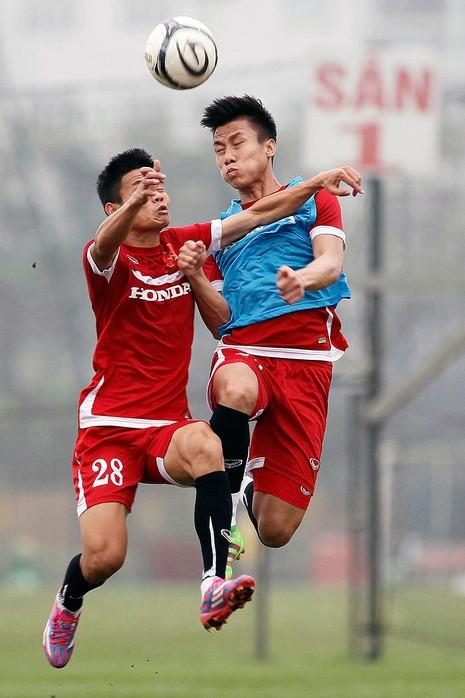 HLV Hữu Thắng chơi bóng cùng học trò - ảnh 11
