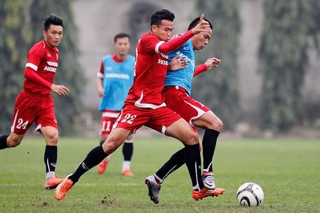 HLV Hữu Thắng chơi bóng cùng học trò - ảnh 12