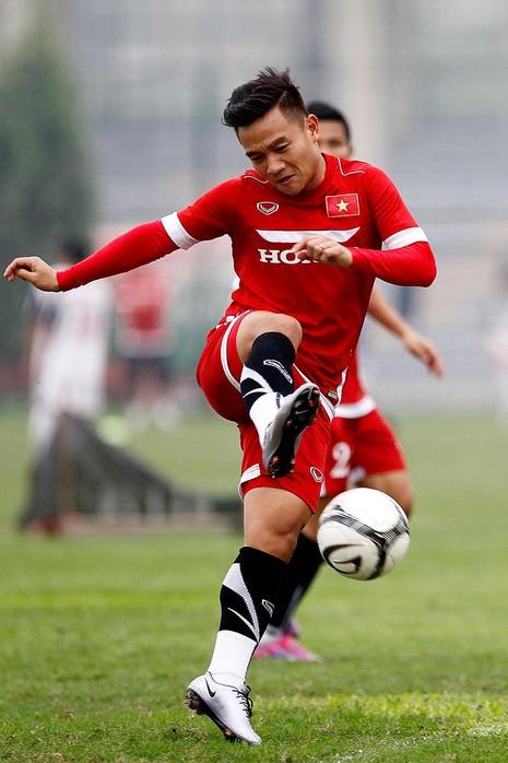 HLV Hữu Thắng chơi bóng cùng học trò - ảnh 5