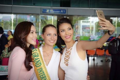 Lan Khuê chụp ảnh cùng đương kim hoa hậu hòa bình thế giới - Claire Parker (giữa) và người đẹp Lệ Quyên, tháng 4/2016.