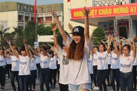 Hơn 1.000 bạn trẻ nhảy Flashmob chào mừng Festival Huế 2016 - ảnh 3