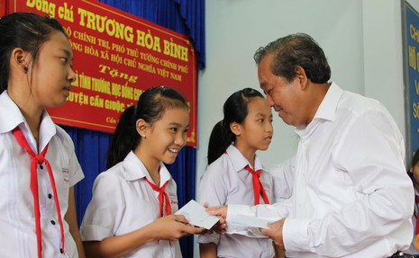 Phó Thủ tướng Trương Hòa Bình trao tặng nhà tình thương, cầu nông thôn, học bổng - ảnh 1