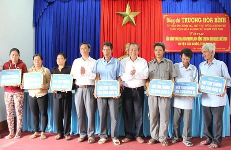 Phó Thủ tướng Trương Hòa Bình trao tặng nhà tình thương, cầu nông thôn, học bổng - ảnh 2