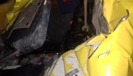 Container chở bê tông lật giữa đường, tài xế và phụ xe bị thương - ảnh 3