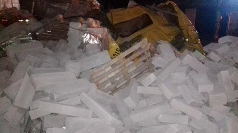 Container chở bê tông lật giữa đường, tài xế và phụ xe bị thương - ảnh 4