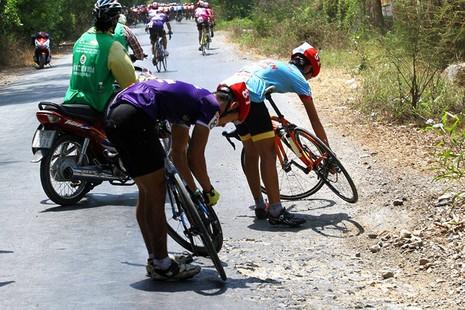 Xe đưa tang cán nát xe đạp vận động viên - ảnh 2