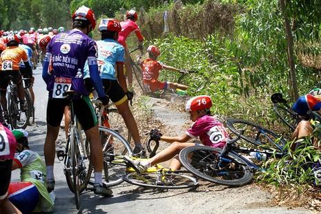 Xe đưa tang cán nát xe đạp vận động viên - ảnh 4