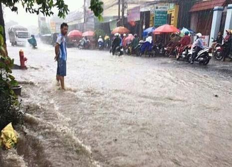 Tình người trong cơn mưa - ảnh 1