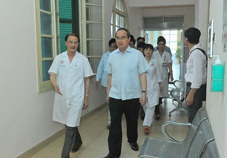 Ông Nguyễn Thiện Nhân thăm phi công Nguyễn Hữu Cường - ảnh 1
