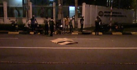 Container tông xe máy, 2 người thương vong, tài xế bỏ trốn - ảnh 1