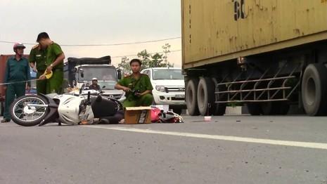 Xe máy va chạm container, 2 người thương vong - ảnh 1