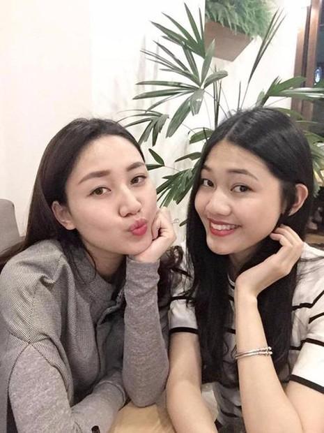 Cả hai chị em cùng sinh ra trong gia đình có truyền thống làm ngoại giao và Thanh Tú (bên trái) cũng vừa tốt nghiệp Học viện Ngoại giao