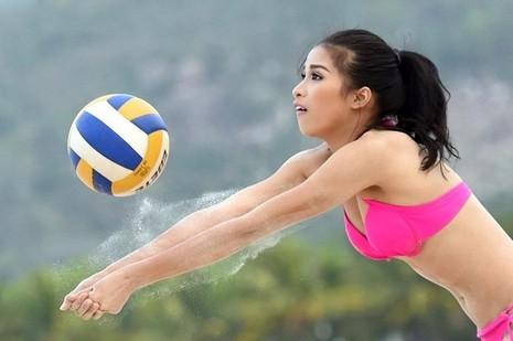 Cô cũng có xuất phát điểm là vận động viên bóng chuyền, nhưng sau đó đã phải giã từ sự nghiệp vì chấn thương sau 3 năm theo đuổi