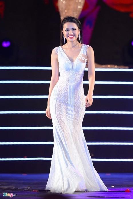 Nguyễn Thị Diệu Thùy khác biệt so với các thí sinh khác bởi gương mặt tươi tắn, nụ cười cuốn hút.