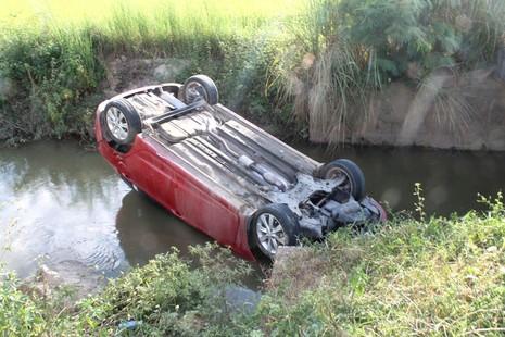 Ô tô lật ngửa dưới mương làng - ảnh 1