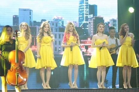 Nhóm S-Girl trình bày liên khúc Sài Gòn Hà Nội - Hồ Gươm sáng sớm. Tùng Dương đánh giá nhóm tự tin, thoải mái. Ảnh: ngoisao.net