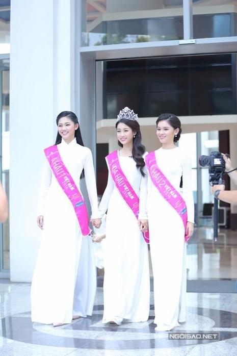 Tân hoa hậu trong áo dài trắng trước khi phỏng vấn trực tuyến