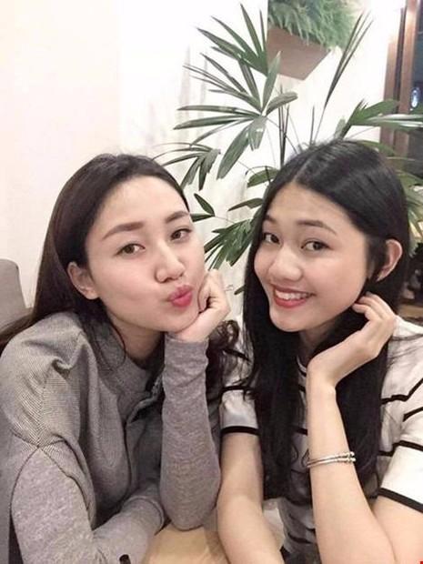 Cả hai chị em cùng sinh ra trong gia đình có truyền thống làm ngoại giao và Thanh Tú (bên trái) cũng vừa tốt nghiệp Học viện Ngoại giao.