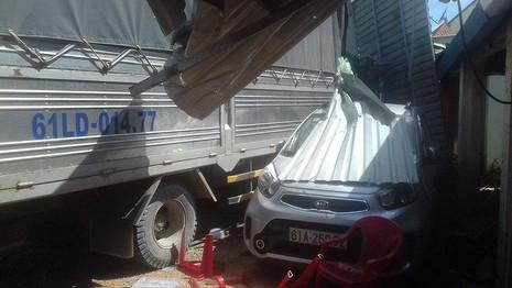 Xe tải ủi hàng loạt xe máy rồi lao vào quán ăn  - ảnh 1