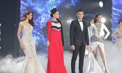Từ trái qua: giám khảo Phạm Hương, Hồ Ngọc Hà, host Vĩnh Thụy và giám khảo Lan Khuê trong đêm chung kết. Ảnh VNE