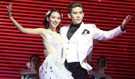 Phí Phương Anh kết hợp cùng người mẫu Minh Trung trong phần thi khiêu vũ. Ảnh VNE