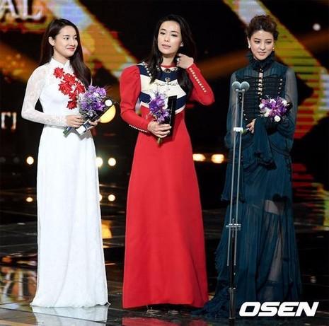Ở hạng mục Ngôi sao châu Á (Asian Star) dành cho nữ, Rebbea Lin đến từ Singapore, Fuji Mina của Nhật Bản và Nhã Phương (bên trái) đến từ Việt Nam dành danh hiệu cao nhất.