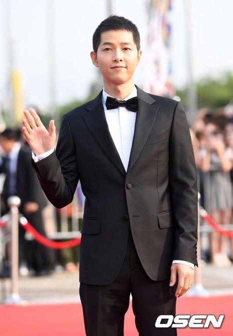 Đáng chú ý, nam diễn viên Song Joong Ki nhờ diễn xuất trong Hậu duệ mặt trời nhận giải Diễn viên Hàn đột phá.