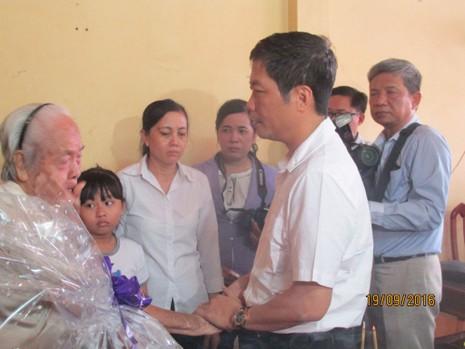 Bộ trưởng Công thương thăm gia đình anh Nguyễn Kim Danh - ảnh 2