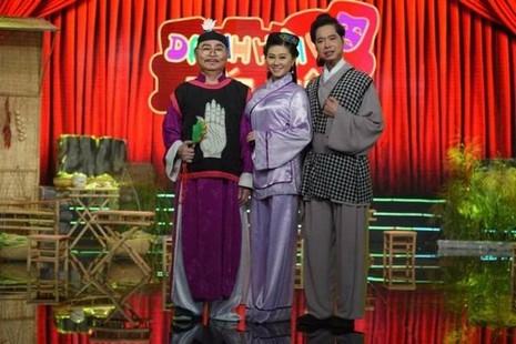 NSND Thanh Tòng và con gái Quế Trân, ca sĩ Ngọc Sơn trên sân khấu. Ảnh Zing