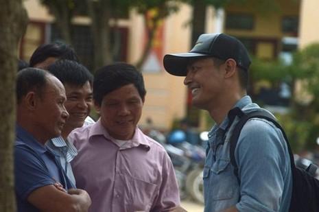 Tối muộn 18-10, Phan Anh mới hoàn thành xong việc phát quà tại Mai Hóa. Sáng 19-10, anh sẽ có mặt tại xã Thạch Hóa. Ảnh: ZING