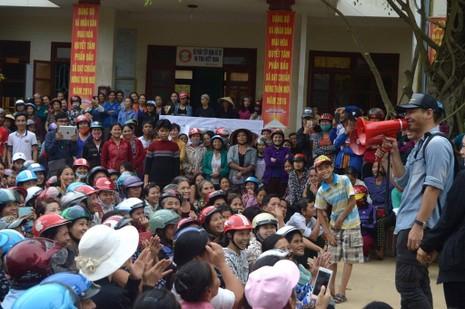 Phan Anh trao quà cứu trợ cho bà con ở Quảng Bình. Ảnh: ZING