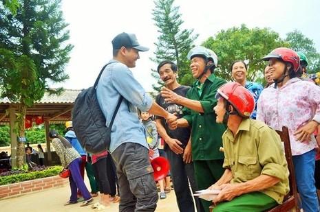 MC Phan Anh đi cứu trợ bà con vùng lũ ngày 18-10: Ảnh: ZING
