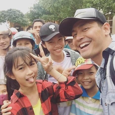 MC Phan Anh đăng ảnh chụp trẻ em vùng lũ trên trang cá nhân. Ảnh: FBNV
