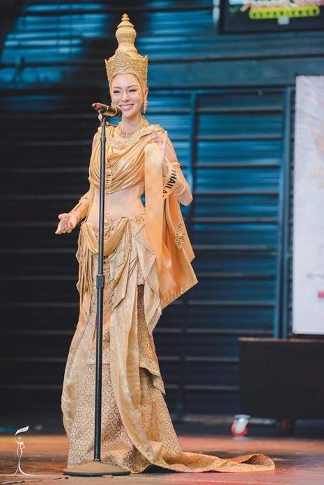 Thí sinh Thái Lan giành tốp 2 trang phục dân tộc. Ảnh NGÔI SAO