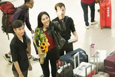 Diệu Ngọc mang theo chín kiện hành lý gồm trang phục, phụ kiện, quà tặng đấu giá, vật dụng theo yêu cầu của ban tổ chức Hoa hậu Thế giới, ước tính hơn 100 kg. Tổng số trang phục Diệu Ngọc mang sang Mỹ là khoảng 60 bộ. Ảnh: VNE