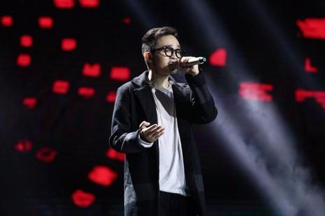 """Vicky Nhung đã mang đến ca khúc mang đậm bản sắc dân tộc với tựa đề """"Việt Nam những chuyến đi"""", cũng đã dừng chân."""
