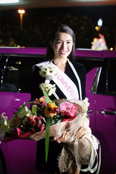 Á hậu Lệ Hằng, 23 tuổi vinh dự được đài truyền hình CNN ghi hình phỏng vấn.