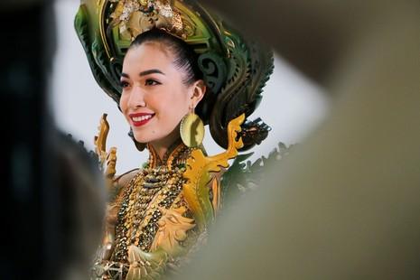 Thiêt kế thứ hai của thí sinh Phạm Lâm Mỹ lấy ý tưởng chính từ Phụng bào Cung đình Huế và nghệ thuật khảm sành sứ.