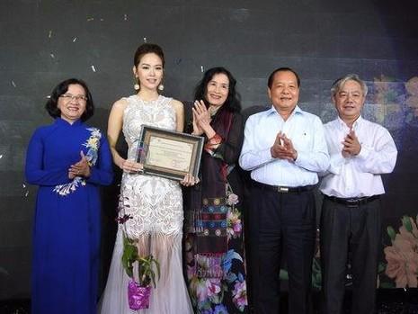 """Minh Hằng (thứ hai từ trái sang) vô cùng xúc động khi nhận giải """"Nữ diễn viên chính xuất sắc"""" từ Hội Điện ảnh TP.HCM. Ảnh CAO."""
