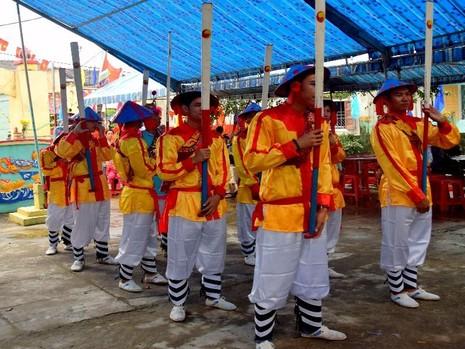 Vui lễ hội cầu ngư đầu năm - ảnh 2