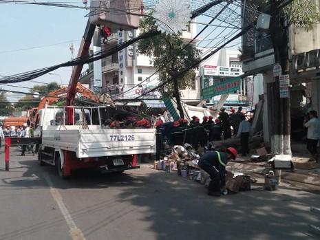 Nhà 3 tầng bất ngờ đổ sập, nghi nhiều người bị vùi lấp - ảnh 3