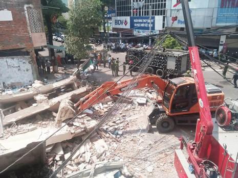 Nhà 3 tầng bất ngờ đổ sập, nghi nhiều người bị vùi lấp - ảnh 8