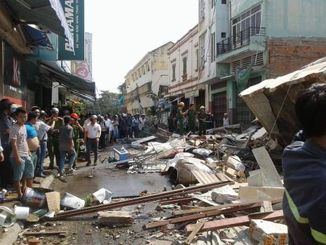 Nhà 3 tầng bất ngờ đổ sập, nghi nhiều người bị vùi lấp - ảnh 6